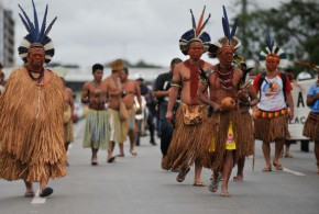 Índios ocupam terreno particular, em Paraty