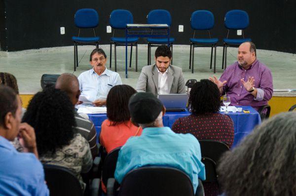 Explicações: Ronaldo Alves, Júlio Araújo e Jonas Marins falaram aos moradores sobre a solução proposta para os que serão removidos de seus imóveis