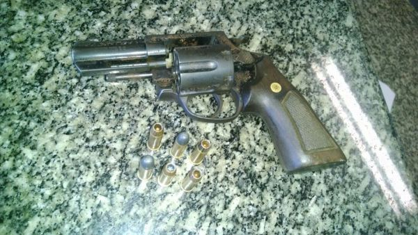 Armado: Revólver calibre 38 e munições foram encontradas com o adolescente depois dele fugir e se esconder numa casa abandonada (Foto: Cedida pela Polícia Militar)