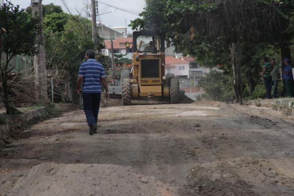 Começando: Bruno verifica condições de rua que será asfaltada em Quatis