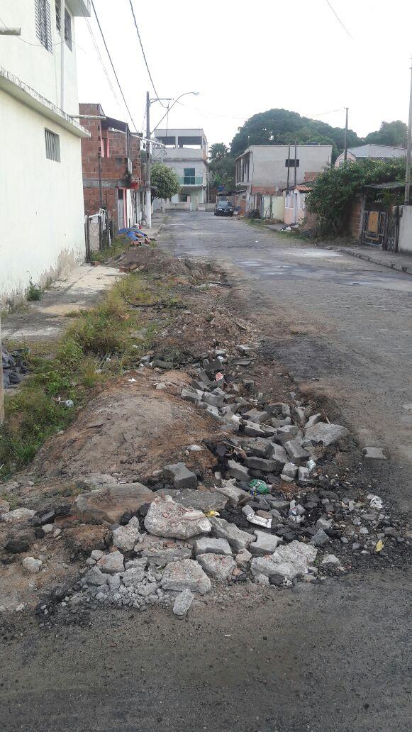 Buraco: Para evitar acidentes, moradores tiveram que colocar pedras e blocos de concentro sinalizando o local (Foto: Enviada pelo WhatsApp por Lucas Herpote)