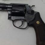 Revólver calibre 38 foi apreendido na casa do menor de idade (Foto: Cedida pela Polícia Militar)