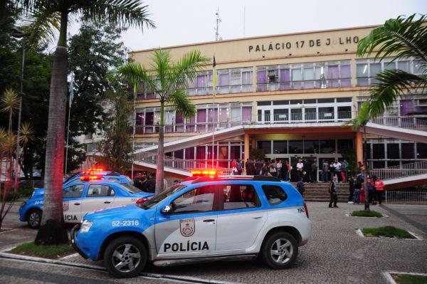 PM e Guardas tiveram que conter tumulto que foi iniciado na Praça da Prefeitura (foto: Paulo Dimas)
