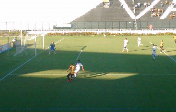 Dija Baiano, com a bola, marcou o primeiro gol do Volta Redonda diante do Resende (Foto: Assessoria de Imprensa)