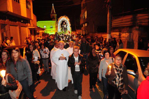 Pela fé: Nem mesmo o frio espantou os devotos de Santo Antônio que percorreram as ruas do bairro Niterói, em Volta Redonda (Foto: Paulo Dimas)