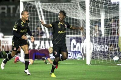 Andrezinho comemora o gol que abriu as portas para vitória