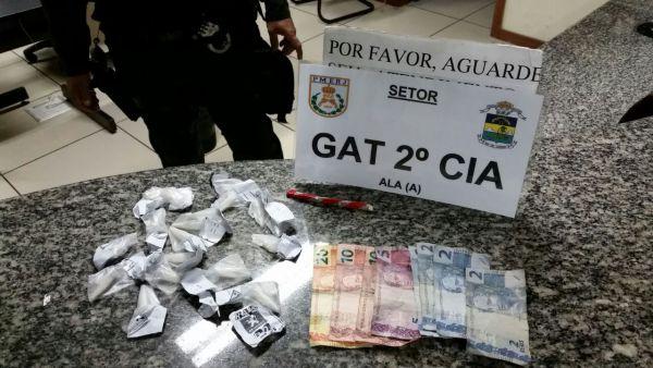 Tráfico: Policias encontraram drogas e dinheiro, que segundo o suspeito, seria da venda de entorpecentes (Foto: Cedida pelo 33º BPM)