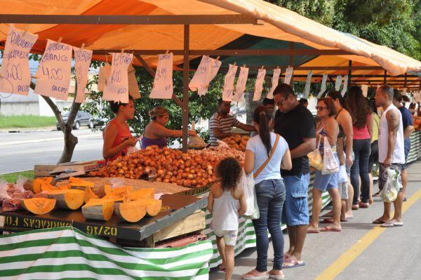 Feira livre: Barracas ficarão montadas das 7h30 às 14h hoje; amanhã estarão na Praça do Trenzinho, em Campos Elíseos (Foto: Divulgação PMR/Jorge Trindade)
