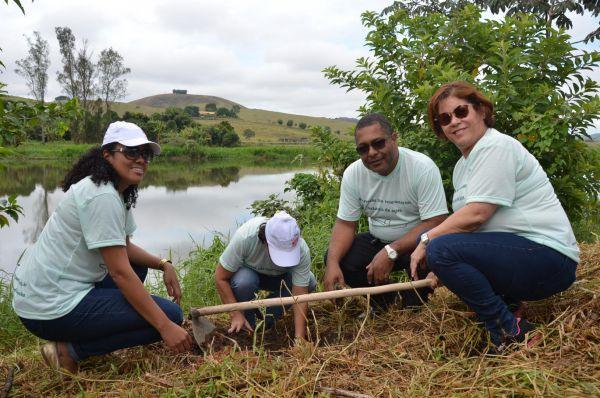 Recuperação da mata ciliar: Cerca de 20 mudas nativas da Mata Atlântica foram plantadas ao redor do Rio Paraíba do Sul (Foto: Divulgação PMPR)