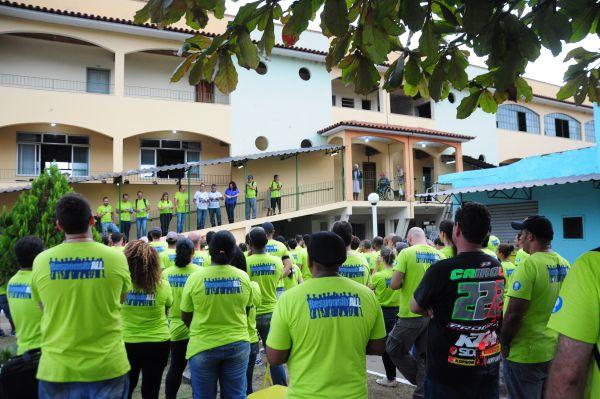 Gratidão: Direção do asilo reuniu voluntários no pátio e os agradeceu pelos serviços prestados (Foto: Franciele Bueno)