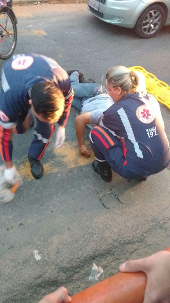 Atendimento: Equipe do Samu prestou socorro ao ciclista que se feriu após cair na Avenida Waldir Sobreira, no Retiro (Foto: Enviada pelo WhatsApp por Elbert Queiroz)