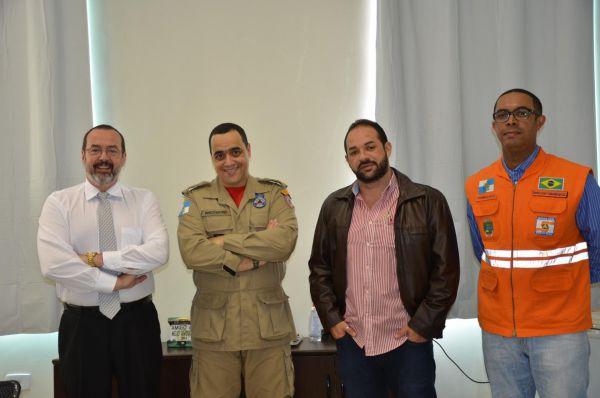 Estreitando laços: Prefeito em exercício, José Roberto da Silva, o comandante Queiroz e o secretário municipal de Governo e coordenador da Defesa Civil (Foto: Divulgação PMPR)
