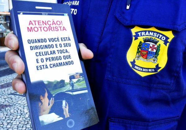 Aos motoristas: Ação traz um material para chamar a atenção para os perigos do uso do aparelho celular ao volante (Foto: Divulgação PMAR/Felipe de Souza)