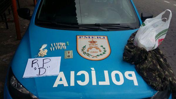 Drogas: Pinos e sacolés de cocaína foram encontrados numa casa do bairro Monte Castelo (Foto: Cedida pela Polícia Militar)