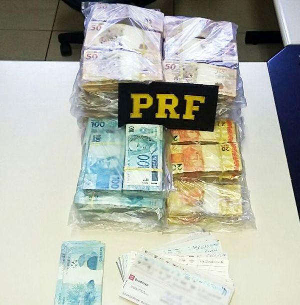 Na estrada: Dinheiro estava dentro de uma bolsa lacrada com fita adesiva; além do dinheiro havia cheques de terceiros (Foto: Cedida pela PRF)