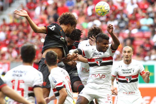 Voo alto: Willian Arão subiu mais que todo mundo e fez o segundo do Flamengo no jogo(Foto: Gilvan de Souza/Flamengo.com.br)