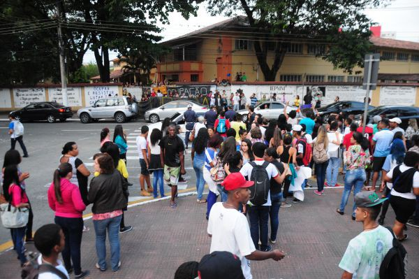 Ocupação: Tudo é motivo para interromper as aulas (Foto: Paulo Dimas)