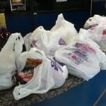 Furto: Idoso teria passado por entre os caixas com as bolsas para chegar até o estacionamento do supermercado no Centro de Barra Mansa (Foto: Arlindo Novais)