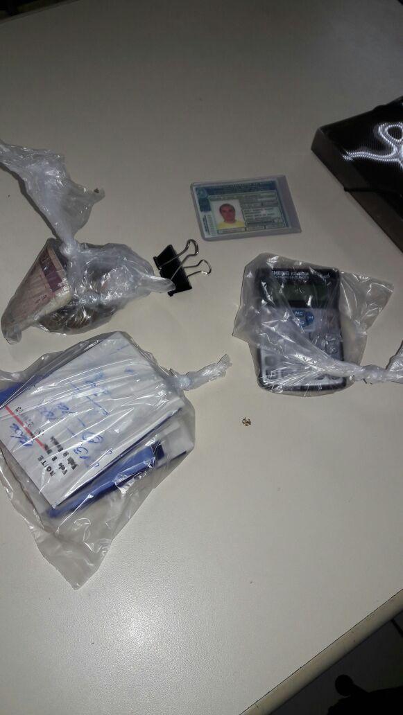 Saldo: Pules, talhões já preenchidos, calculadoras, além de certa quantidade de dinheiro foram apreendidos com os suspeitos(Foto: Cedida pela PM)