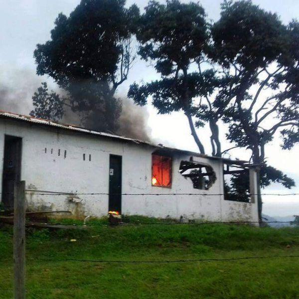 Revolta: Após a morte do jovem, moradores incendiaram alojamentos de trabalhadores da obra (Foto: Enviada via WhatsApp)