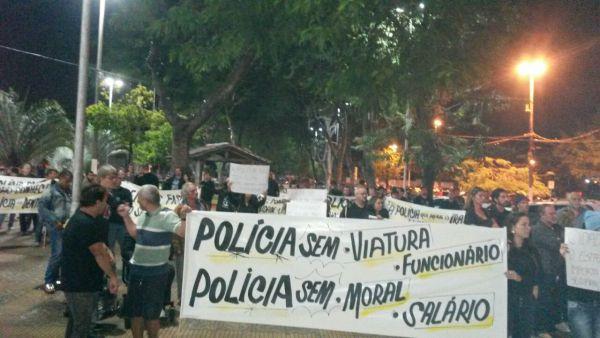 Manifestação: Policiais foram até a Praça Brasil, na Vila Santa Cecília, protestar (Foto: Enviada via WhatsApp)