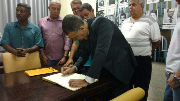 Acompanhado por vereadores de oposição, Pastor Jorge assina termo de posse na Câmara Municipal (foto: Paulo Dimas)