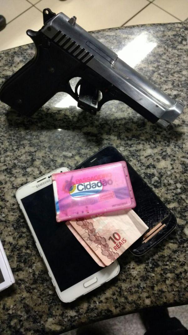 Apreensão: Réplica de pistola foi encontrada com os adolescentes, que segundo denúncia, estariam praticando roubo na cidade (Foto: Cedida pela Polícia Militar)