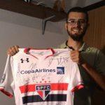 Mais apoio: Alan Kardec doou a Ricardo uma camisa oficial autografada por ele e outros jogadores do time paulista (Foto: Cedida por Ricardo Castro)