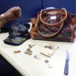 Bolsa, pouco mais de R$ 50 e uma faca foram achadas com o suspeito de roubo (Foto: Cedida pela Guarda Municipal)