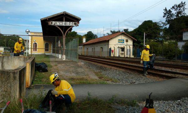 Linha férrea: Empresa realizou trabalhos de manutenção e limpeza para garantir a segurança na ferrovia (Foto: Divulgação MRS)