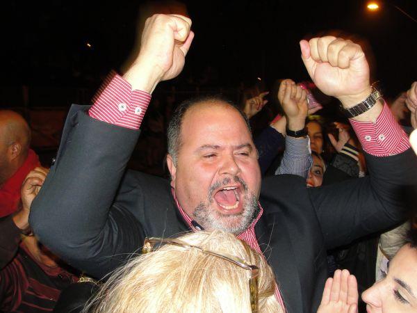 Jonas festeja retorno à prefeitura após decisão judicial (foto: Paulo Moreira)