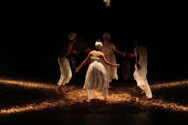 'A cabaça da existência': Grupo angrense Artêros é formado por Beth Leite, Vitória Lopes, Ramon Souza e Letícia Mendes