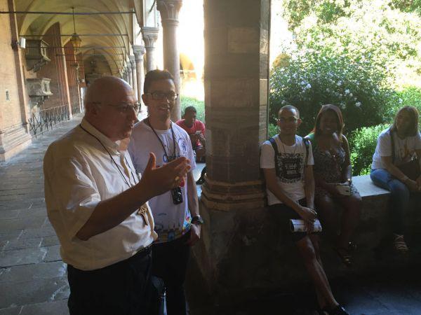 Mundial: O bispo e um grupo de jovens na Itália durante a jornada da juventude