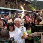 Ziraldo carrega a tocha olímpica na Ilha Grande, em Angra dos Reis