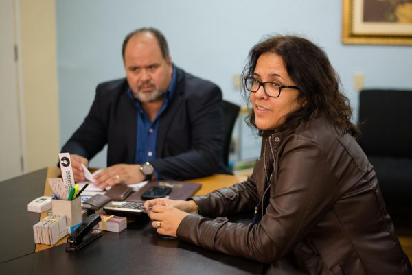 Diretora da Creche Dom Waldyr Calheiros, Morgana Vieira, esteve reunida com Jonas discutindo inauguração e inscrições (Foto: Gabriel Borges - PMBM)