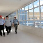 Quase pronto: Dom Biasin, Neto e Sebastião Faria percorrem instalações do Hospital Regional, em Volta Redonda (Foto: Divulgação PMVR)