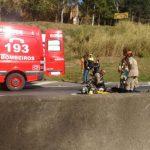 Bombeiros foram chamados e socorreram a vítima que estava na moto (Foto: Enviada via WhatsApp)