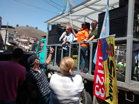 No caminhão: Baltazar discursa para eleitores em Volta Redonda (foto: Assessoria de Imprensa)