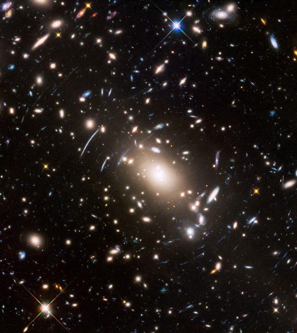 Distante: Um aglomerado galáctico a 4 bilhões de anos-luz