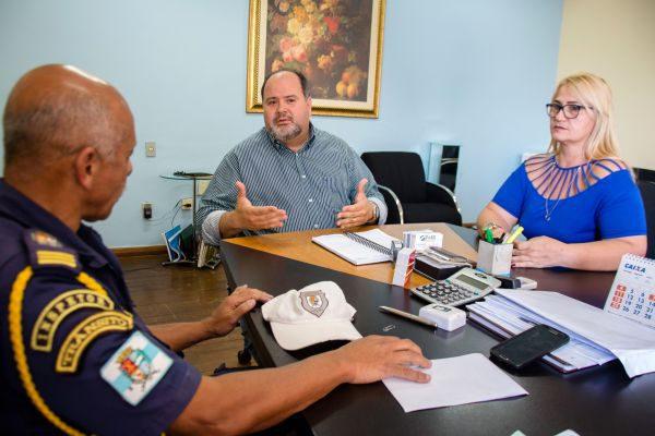 Conversa: Junto com a secretária de Ordem Pública, Jonas informa que Adalmyr é o novo comandante da Guarda Municipal (Foto: Gabriel Borges - PMBM)