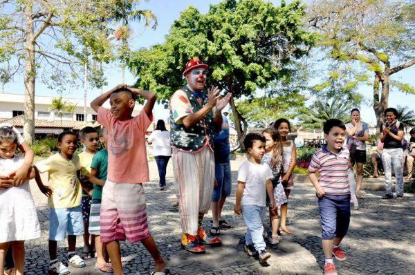 Em Angra dos Reis: Glauter Barros como o palhaço Picolé divertindo as crianças (Foto: Divulgação)