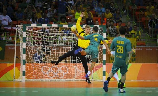 No detalhe: Lucas Candido desloca goleiro polonês para marcar para o Brasil e incendiar o ginásio (Foto: Divulgação/Ministério do Esporte)