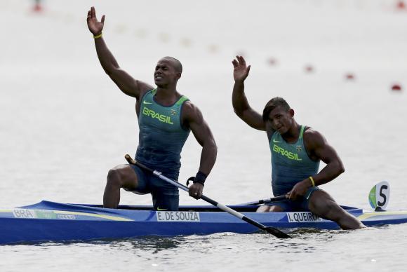 Isaquias (à direita) e Erlon ganham medalha de prata na Canoa Dupla 1000m (Foto: Reuters/Marcos Brindicci/Direitos ReservadosReuters/Marcos Brindicci/Direitos Reservados)