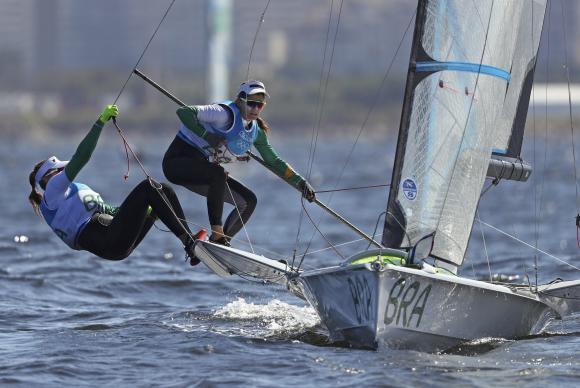 Brasileiras velejam para ganhar a quarta medalha de ouro do Brasil nos Jogos