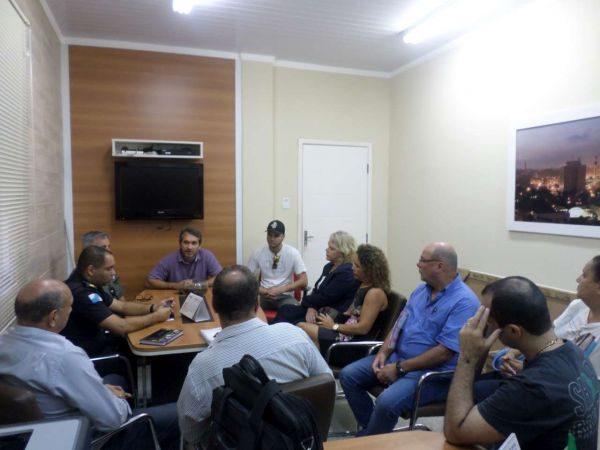 No gabinete: Reunião com representantes de diversos setores discutem reclamações geradas pelo funcionamento da boate (Foto: ACS)