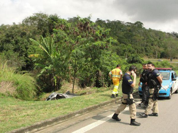 Policiais perseguiram assaltantes e carro capotou no retorno perto da antiga Casa de Custódia (foto: Dicler de Mello e Souza)