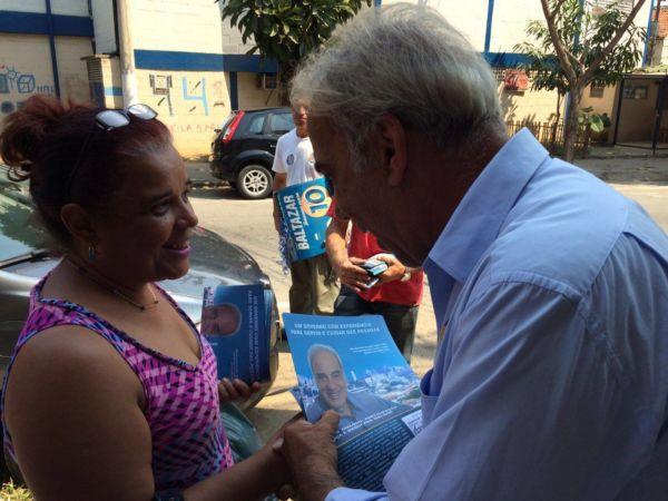 Baltazar afirma para eleitora que vai implantar um novo sistema municipal de transportes e corredores estruturantes (foto: Divulgação)