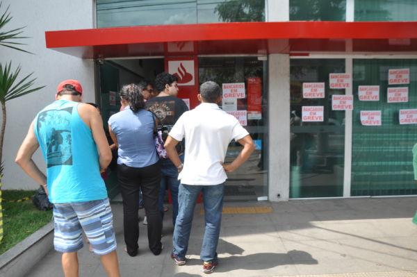 Agência no bairro Aterrado, em Volta Redonda, permaneceu lotada com fila até a calçada (Foto: Franciele Bueno)