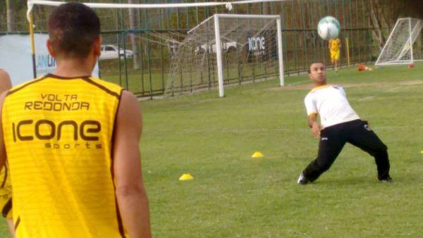 Dos tempos de jogador: Felipe Surian mostrou técnica no futevôlei em treinamento realizado nesta terça-feira (Foto: Manoel Alves)
