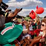 Ex-presidente Dilma Rousseff recebe flores de militantes ao deixar o Palácio da Alvorada (foto: Wilson Dias/Agência Brasil)